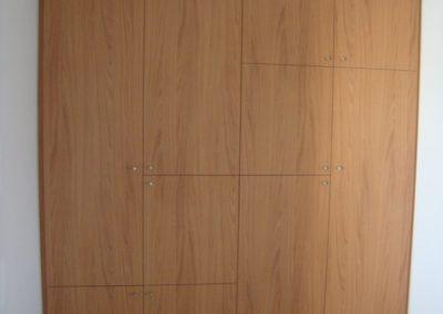 Réalisation d'un aménagement de placard de bureau par Les Sens du Menuisier