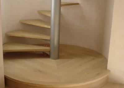 Escalier hélicoïdal avec palier en parquet