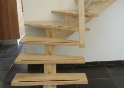 Escalier avec insertion de wengé dans la marche et limon central