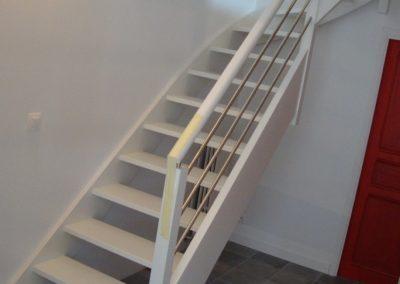 Escalier bois quart tournant avec laque blanc par Les Sens du Menuisier