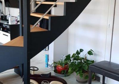 Escalier bois quart tournant avec tubes inox par Les Sens du Menuisier