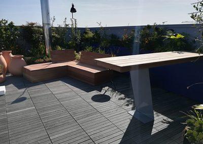 Aménagement d'un balcon avec banquette draisienne et table bar par Les Sens du Menuisier