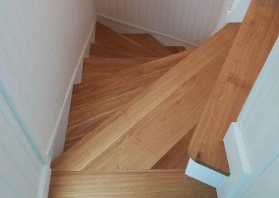 Recouvrement en chêne d'un escalier béton par Les Sens du Menuisier