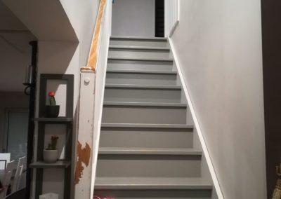 Réalisation d'un escalier droit avec crémaillère découpée, marches en hêtre