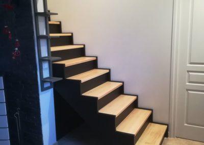 Escalier droit avec crémaillère découpée, marches en hêtre et contremarches