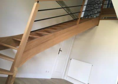 Escalier en chêne avec tubes inox laqués noir par Les Sens du Menuisier