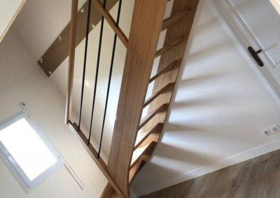 Escalier en chêne avec tubes inox laqués noir