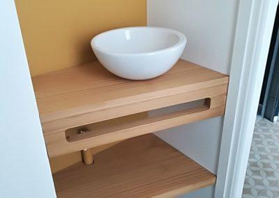 Aménagement d'un espace lave main avec tablette en chêne vernis mat par Les Sens du Menuisier